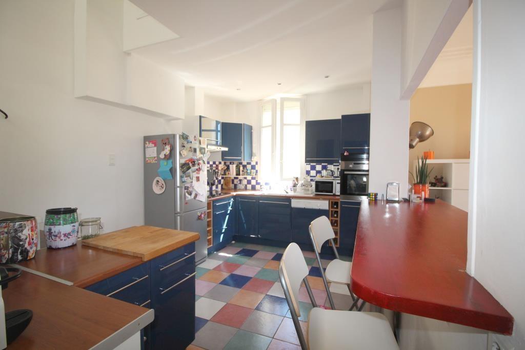 NIMES PROCHE COUPOLE DUPLEX T4 terrasse, 2 chambres, immense salle de bain, salle d'eau, cuisine amé