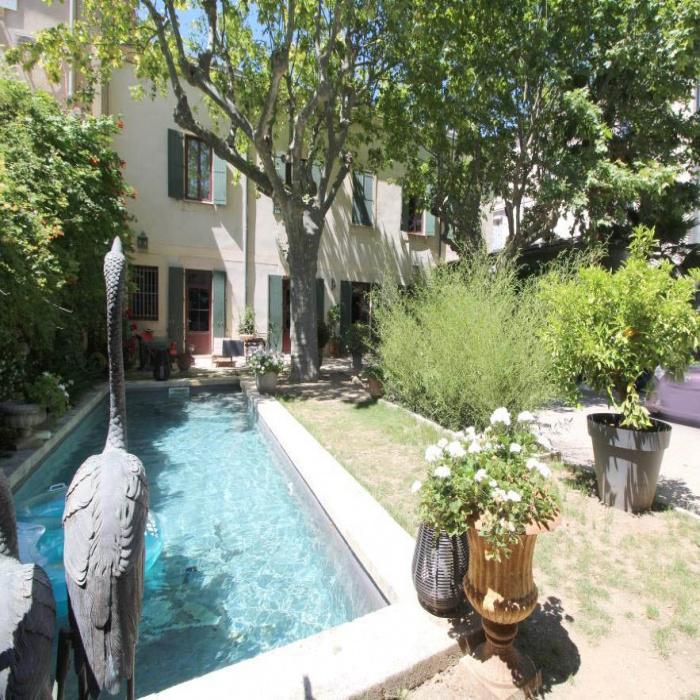 A vendre à NImes dans le Gard HOTEL PARTICULIER avec jardin et piscine